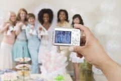Ręka Fotografuje kobiety Trzyma Ślubnych Dzwony Obraz Royalty Free