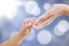 Pomocna dłoń na defocused światłach Zdjęcia Stock