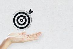 Ręka i bullseye jesteśmy celem biznes zdjęcie stock