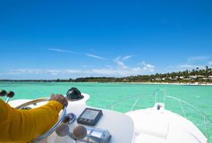 Ręka kapitan na kierownicie motorowa łódź w błękitnym oceanie podczas rybołówstwo dnia Sukcesu połowu pojęcie Oceanu jacht obrazy royalty free