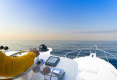 Ręka kapitan na kierownicie motorowa łódź w błękitnym oceanie podczas rybołówstwo dnia Sukcesu połowu pojęcie Oceanu jacht zdjęcia stock