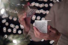 Ręka kobieta prezenta otwarty Bożenarodzeniowy pudełko z bokeh zaświeca tło Zdjęcia Stock