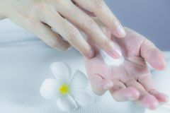 Ręka kobieta stosuje płukankę na skórze ręka Obrazy Royalty Free