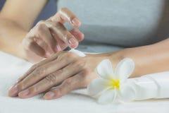 Ręka kobieta stosuje płukankę na skórze tylna ręka Obraz Stock
