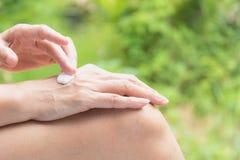 Ręka kobieta stosuje płukankę na skórze tylna ręka Fotografia Royalty Free