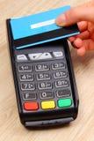 Ręka kobieta używa contactless kredytowej karty i zapłaty terminal, finansowy pojęcie Obrazy Royalty Free