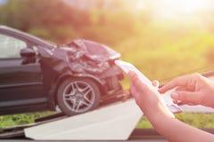 Ręka kobieta używa smartphone i plama jej łamany samochodowy parkin Obrazy Royalty Free
