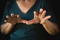 Ręka kobiety filc panika na czerni obrazy stock