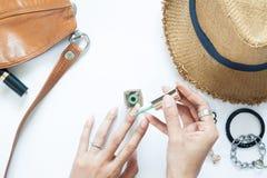 ręka kobiety manicure proces Gwoździa połysk stosuje ręka Fotografia Stock