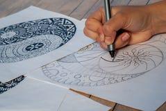 Ręka kobiety rysunkowy yin Yang dla antej stres kolorystyki książki Fotografia Stock
