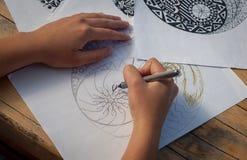 Ręka kobiety rysunkowy yin Yang dla antej stres kolorystyki książki Obrazy Stock