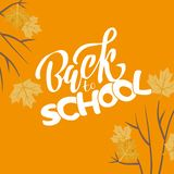 Ręka kreślił białego kolor Z powrotem szkoła tekst letering na pomarańczowym tle i liściach klonowych na gałąź dla logo, sztandar royalty ilustracja
