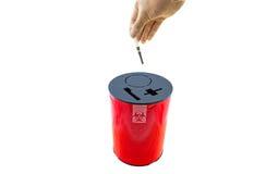 Ręka lekarka stawia strzykawkę w czerwonych usuwań pudełkach na bielu Zdjęcie Royalty Free