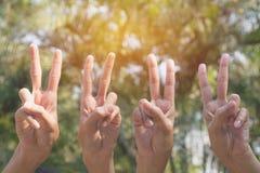 Ręka ludzie pokazuje gest zwycięstwo na natury tle zdjęcie stock