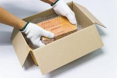Ręka mężczyzna chwyta bąbla opakunek dla Pakować i ochrona produktu, pękał zdjęcia stock