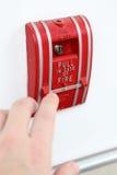 Ręka mężczyzna ciągnie pożarniczego alarm obrazy stock