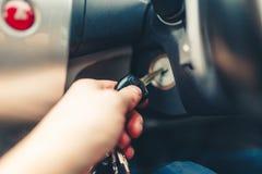 Ręka mężczyzna czopuje wewnątrz klucz zaczyna silnika samochód Zdjęcia Stock