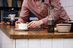 Ręka mężczyzna kawowy cukierniany cappuccino robi herbacie tortowemu daje filiżanki zgrzytnięcia śniadaniu ciepły lunch wyśmienic obraz royalty free