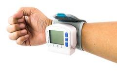 Ręka mężczyzna który egzamininuje ich zdrowie z nadgarstek krwią Pressu obraz stock