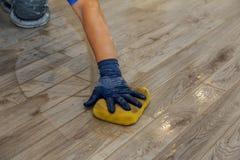 Ręka mężczyzna mienia gumy plombowania i pławika złącza z grout zdjęcia royalty free