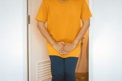 Ręka mężczyzna trzyma jego crotch, Męska potrzeba siusiać, Urinary incontinence, zakończenie w górę zdjęcie stock
