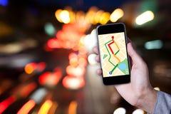 Ręka mężczyzna używa mapę na smartphone zastosowaniu z bokeh Fotografia Royalty Free