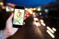 Ręka mężczyzna używa mapę na smartphone zastosowaniu z bokeh Obrazy Stock
