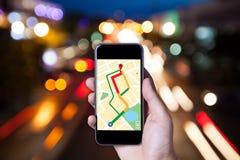 Ręka mężczyzna używa mapę na smartphone zastosowaniu z bokeh Fotografia Stock