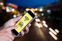 Ręka mężczyzna używa smartphone wywoławczego taxi podaniowym smartphone Zdjęcia Royalty Free