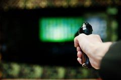 Ręka mężczyzna z pistoletem celował mknącego pasmo Zdjęcie Royalty Free