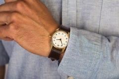 Ręka mężczyzna z zegarem Obraz Royalty Free