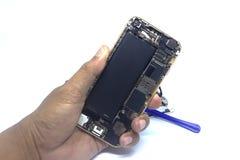 Ręka mężczyzny naprawy smartphone z narzędziami, odizolowywa, smartphone szkody potrzeba naprawiać fotografia stock
