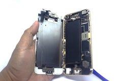 Ręka mężczyzny naprawy smartphone z narzędziami, odizolowywa, smartphone szkody potrzeba naprawiać zdjęcie royalty free