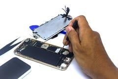 Ręka mężczyzny naprawy smartphone z narzędziami, odizolowywa, smartphone szkody potrzeba naprawiać zdjęcia stock