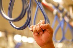 Ręka młodego człowieka chwyta poręcz na skytrain obraz royalty free