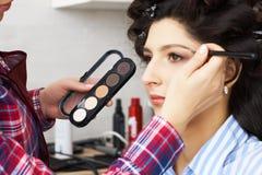 Ręka makijażu mistrza obraz, uzupełniał w toku Makeup artysta stosuje tusz do rzęs rzęsy wzorcowa dziewczyna fotografia stock
