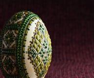 Ręka malujący Easter jajko - zakończenie Obraz Royalty Free