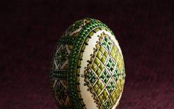 Ręka malujący Easter jajko - zakończenie Zdjęcia Stock