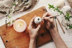 Ręka maluje nowożytnego Easter jajka odgórnego widok przygotowanie dla holida Zdjęcia Royalty Free