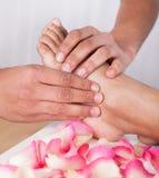 Ręka Masuje stopę W zdroju Zdjęcia Royalty Free