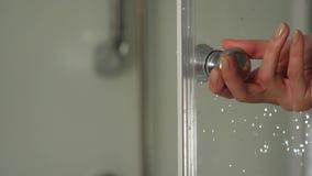 Ręka na drzwiowej rękojeści szklana prysznic kabina po to, aby otwierać je lub zamykać Prysznic bulkhead rękojeści zakończenie zbiory