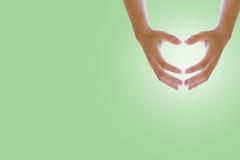 Ręka na kierowym kształcie na białym tle z pastelowym cukierki Pojęcia środowiska dzień Obraz Royalty Free