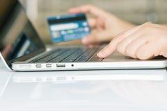 Ręka na komputerowych notatnik pełni kredytowej karty dane z kopii przestrzenią Obrazy Stock