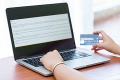 Ręka na komputerowych notatnik pełni kredytowej karty dane z kopii przestrzenią Fotografia Royalty Free