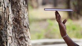 Ręka na płodozmiennej książce zdjęcie wideo
