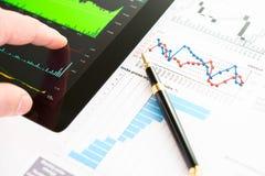 Ręka na parawanowym pastylka komputerze osobisty z biznesową informacją Fotografia Stock