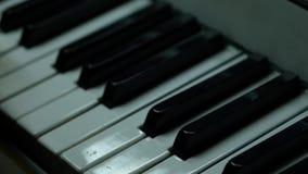 Ręka na pianino kluczu w zakończenie strzale Dziecko uczy się bawić się pianino swobodny ruch zbiory