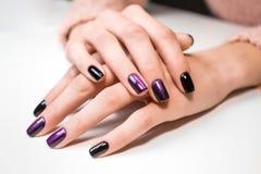 Ręka na ręce z ładnym manicure'em Zdjęcia Stock