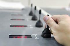Ręka na rejestracyjnej jednostce na ampule kompensuje drukową maszynę obrazy stock