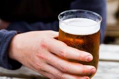 Ręka na szkle piwo na drewnianym stole Szkicu piwo słuzyć przy barem Szkło lekki piwo na drewnianej desce Słuzyć alcoh Zdjęcia Royalty Free
